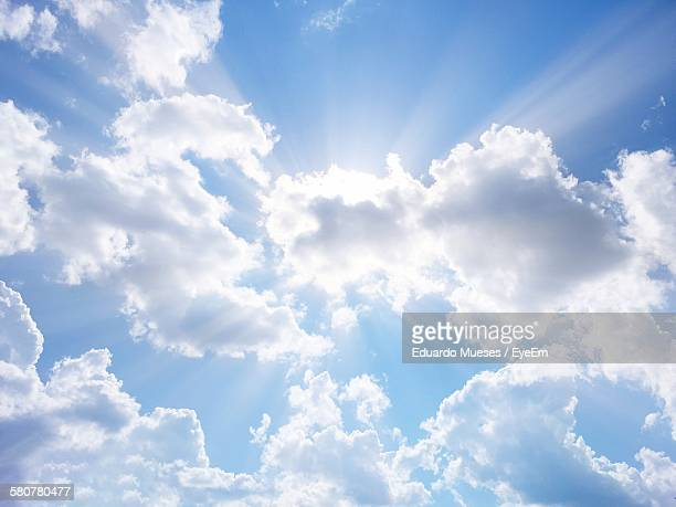 low angle view of cloudscape - zonnestraal stockfoto's en -beelden