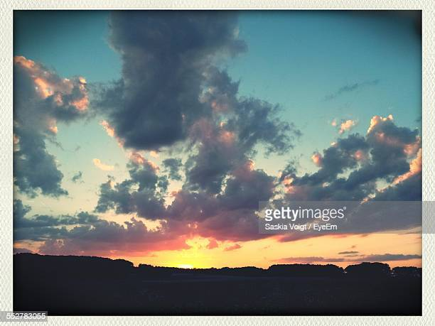 low angle view of cloudy sky during sunset - transferbild stock-fotos und bilder