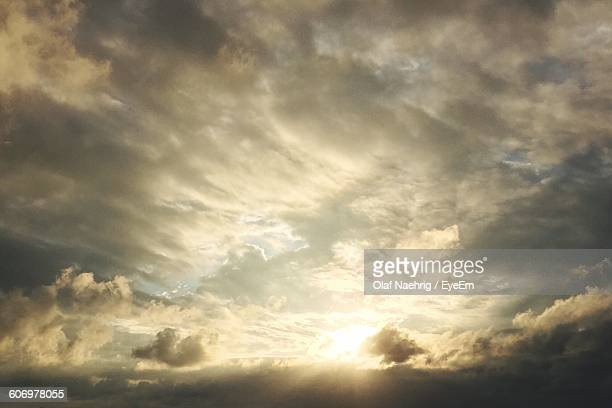 low angle view of cloudy sky during sunset - cielo minaccioso foto e immagini stock