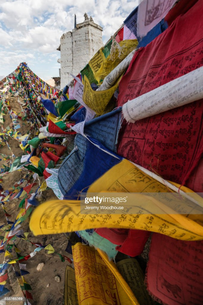 Low angle view of colorful prayer flags under hillside monastery, Leh, Ladakh, India : Foto stock