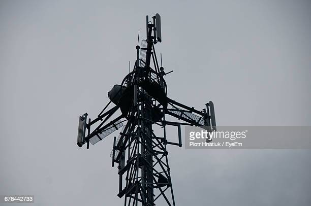 low angle view of communications tower against clear sky - piotr hnatiuk photos et images de collection