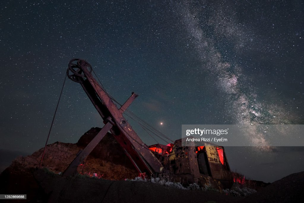Low Angle View Of Crane Against Sky At Night : Foto stock