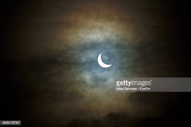 low angle view of crescent moon against cloudy sky at night - semicírculo - fotografias e filmes do acervo