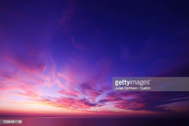 low angle view of dramatic sky during sunset - sonnenuntergang stock-fotos und bilder