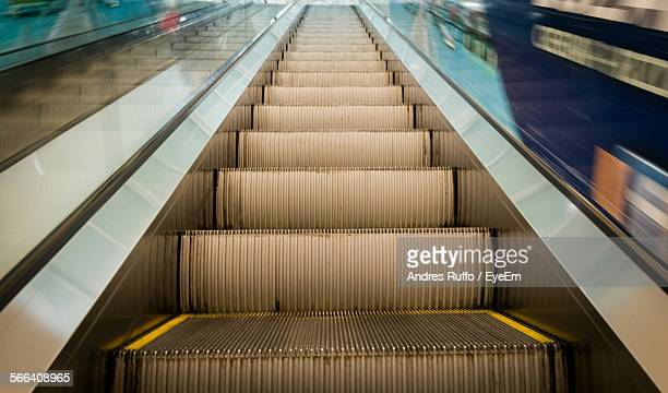 low angle view of escalator - andres ruffo 個照片及圖片檔