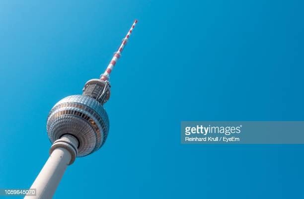 low angle view of fernsehturm against clear blue sky - berlin photos et images de collection