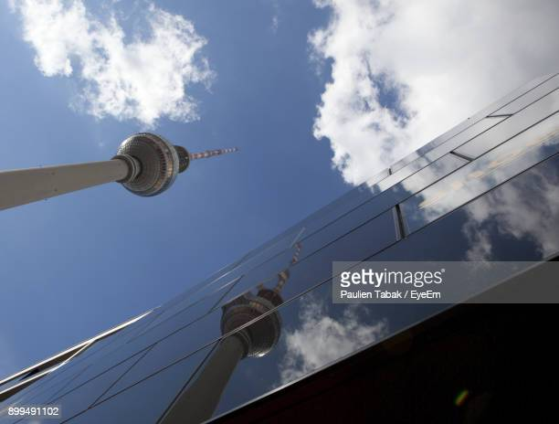 low angle view of fernsehturm against modern building - paulien tabak 個照片及圖片檔