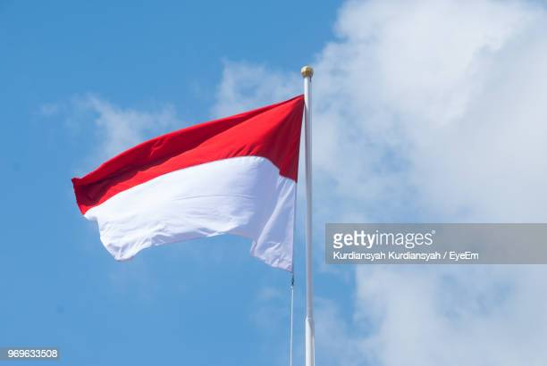 low angle view of flag against sky - indonesian cloth 個照片及圖片檔