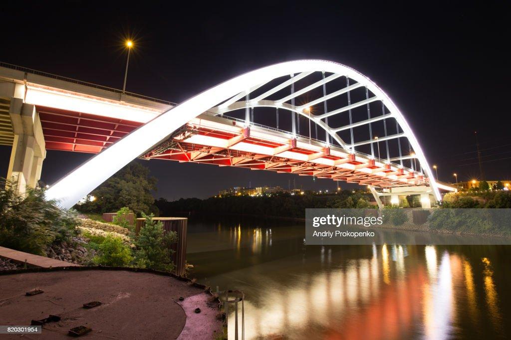 Low Angle View of Gateway Boulevard Bridge in Nashville, Tennessee, USA : Foto de stock
