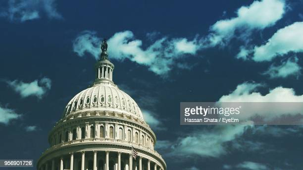 low angle view of government building against sky - capitólio capitol hill - fotografias e filmes do acervo