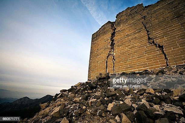 low angle view of great wall of china against sky - deterioration stock pictures, royalty-free photos & images