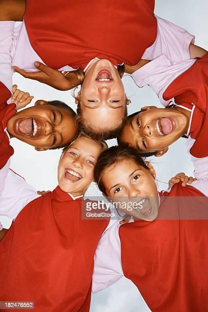 低角度のビューの幸せな女の子ひとかたまり形成 - sports uniform ストックフォトと画像