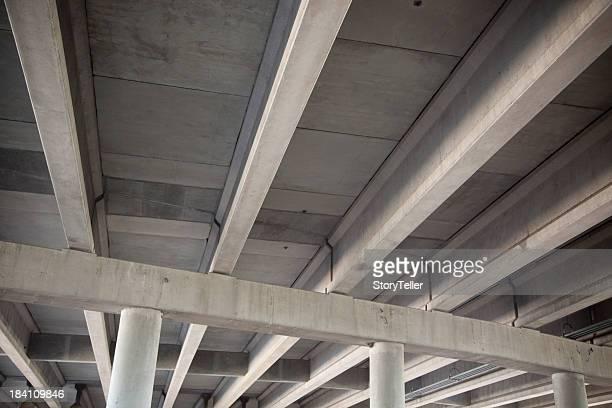 Vista de Ângulo Baixo do Viaduto de autoestrada com vigas e colunas