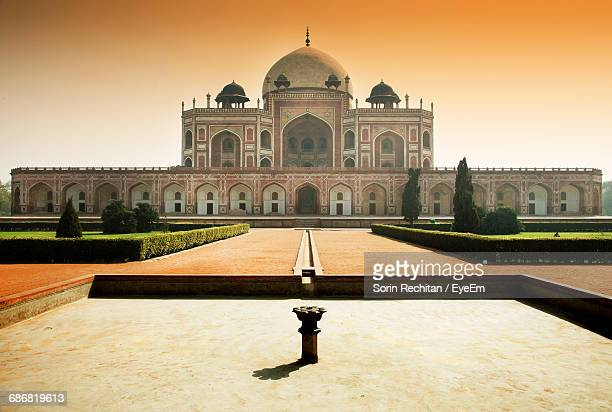 low angle view of humayuns tomb against clear sky on sunny day - tomb stock pictures, royalty-free photos & images