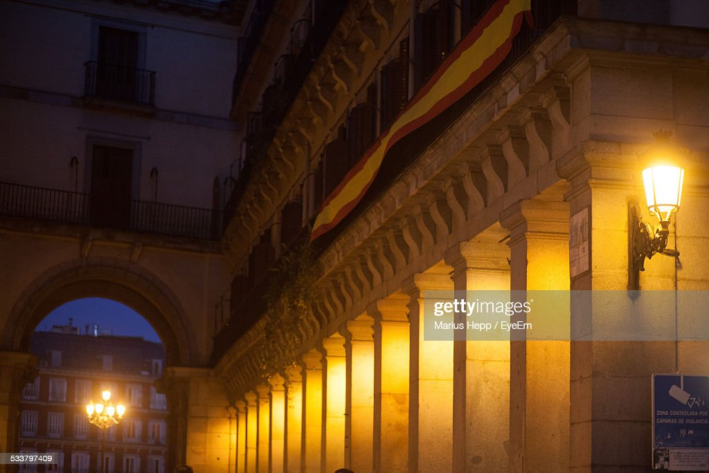 Low Angle View Of Illuminated Historic Building At Night : Foto stock