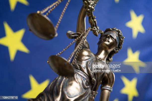 low angle view of lady justice - démocratie photos et images de collection