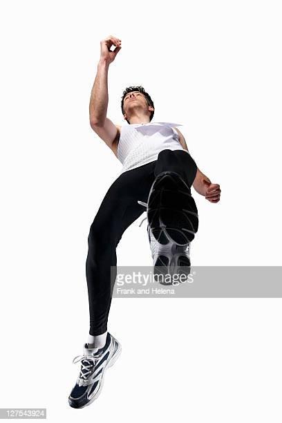 低角度のビューの男性のジョギング