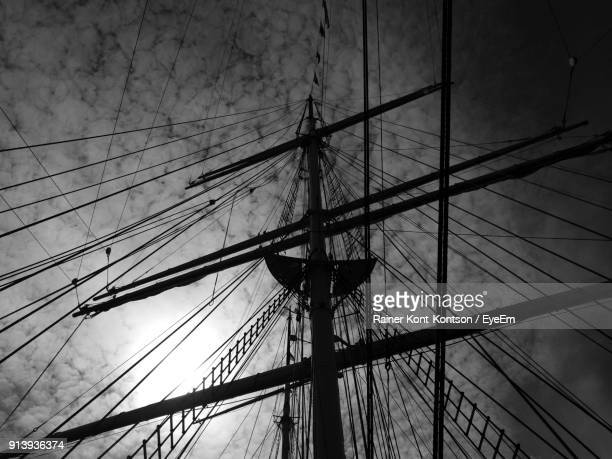 low angle view of mast against cloudy sky - voilier noir et blanc photos et images de collection