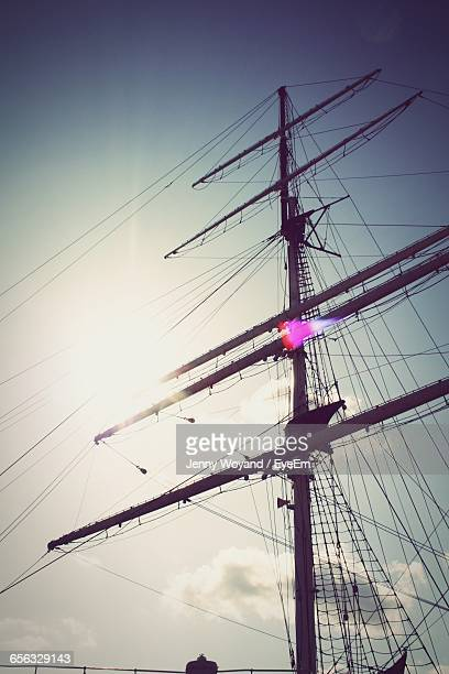 low angle view of mast block of ship against cloudy sky - tuig mast stockfoto's en -beelden