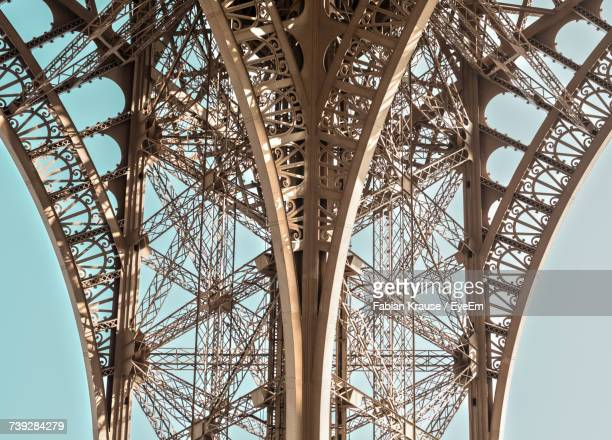 low angle view of metallic structure of eiffel tower against sky - arco característica arquitectónica fotografías e imágenes de stock