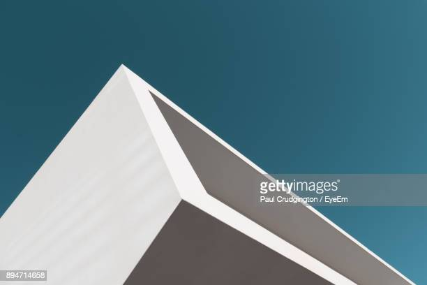 low angle view of modern building against clear sky - architektonisches detail stock-fotos und bilder