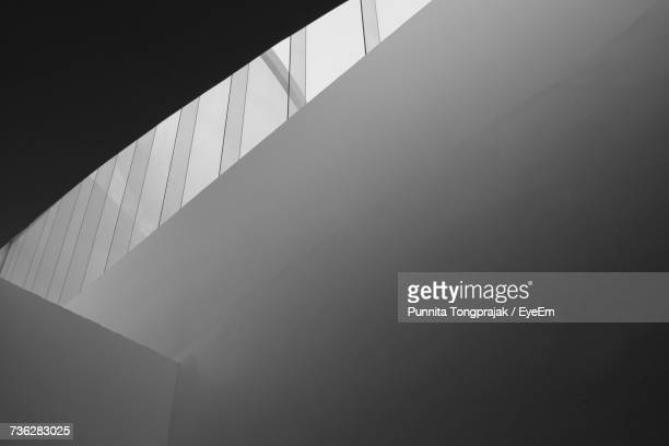 low angle view of modern building - architektonisches detail stock-fotos und bilder