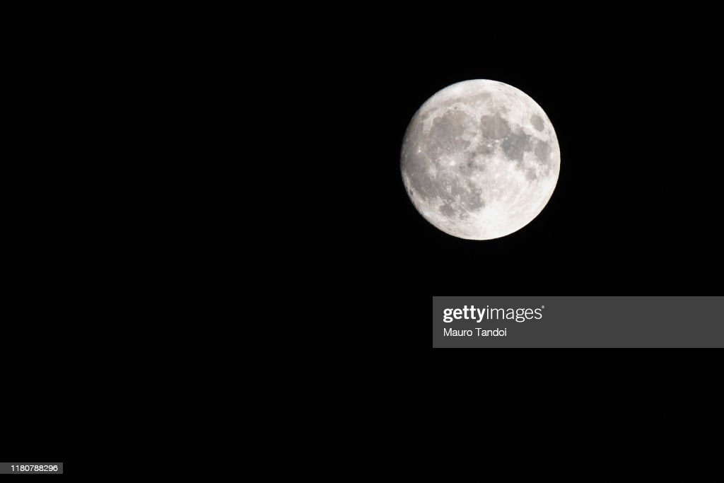 Low Angle View Of Moon Against Clear Sky At Night : Foto stock