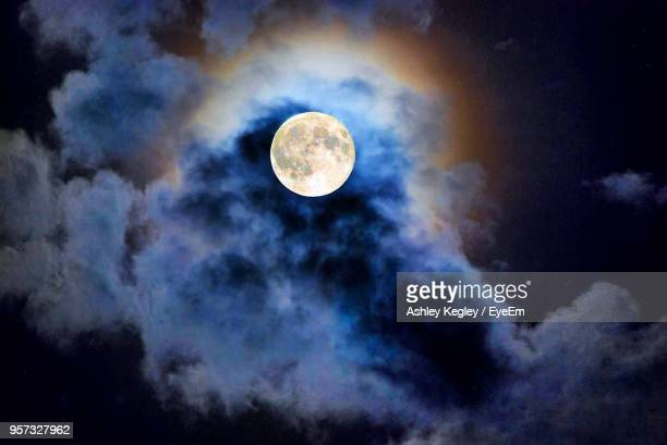 low angle view of moon against sky at night - pleine lune photos et images de collection