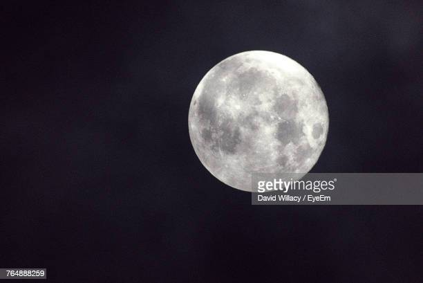 low angle view of moon in sky - pleine lune photos et images de collection