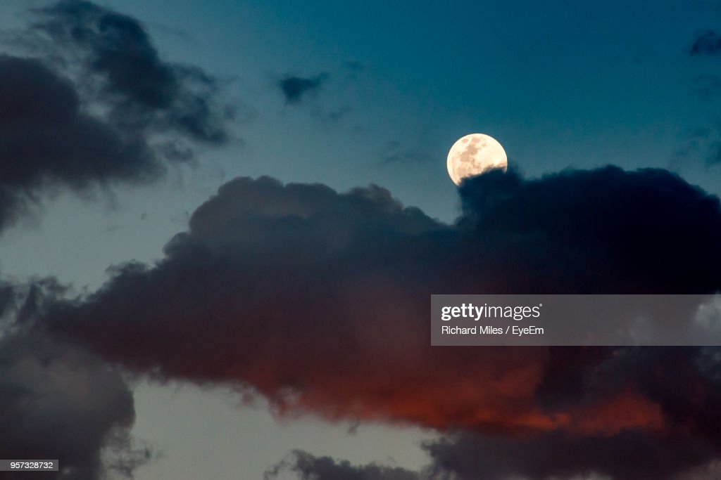Low Angle View Of Moon In Sky : Stockfoto