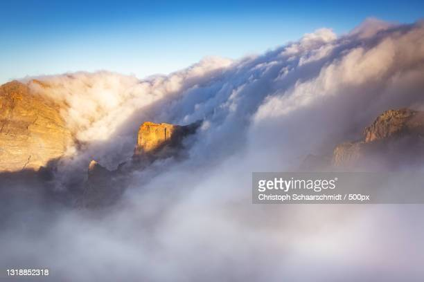 low angle view of mountain against sky,spanien,spain - spanien foto e immagini stock