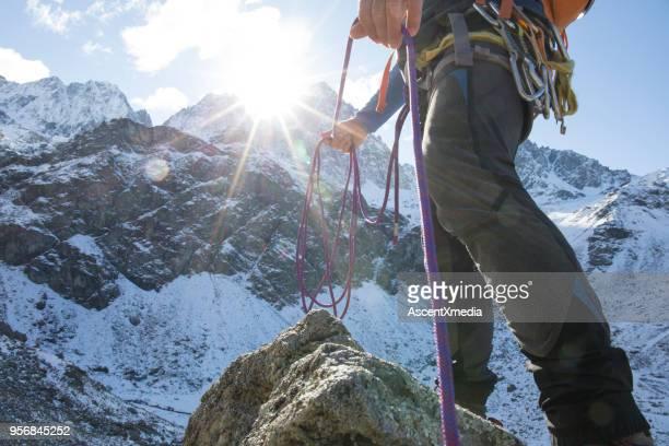 山でロープで登山家の低角度表示 - 冠雪 ストックフォトと画像