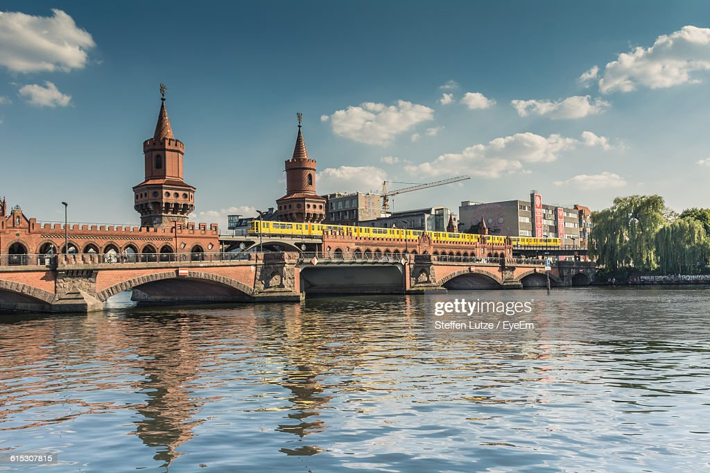 Low Angle View Of Oberbaum Bridge Over Spree River Against Sky : ストックフォト