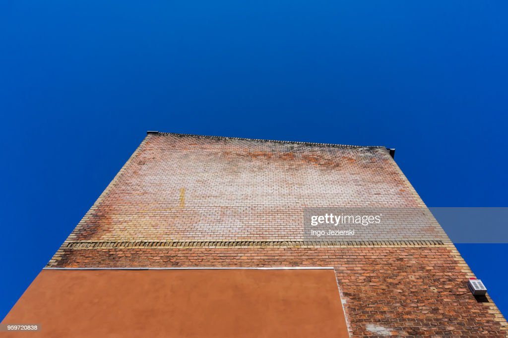Low angle view of old brick wall : Foto de stock