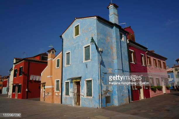 low angle view of old building against blue sky - kanjana kongthong foto e immagini stock