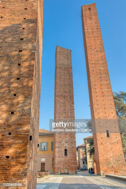low angle view of old building against sky - イタリア パヴィア ストックフォトと画像
