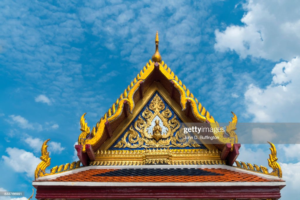 Low angle view of ornate roof carvings, Bangkok, Thailand : Foto stock