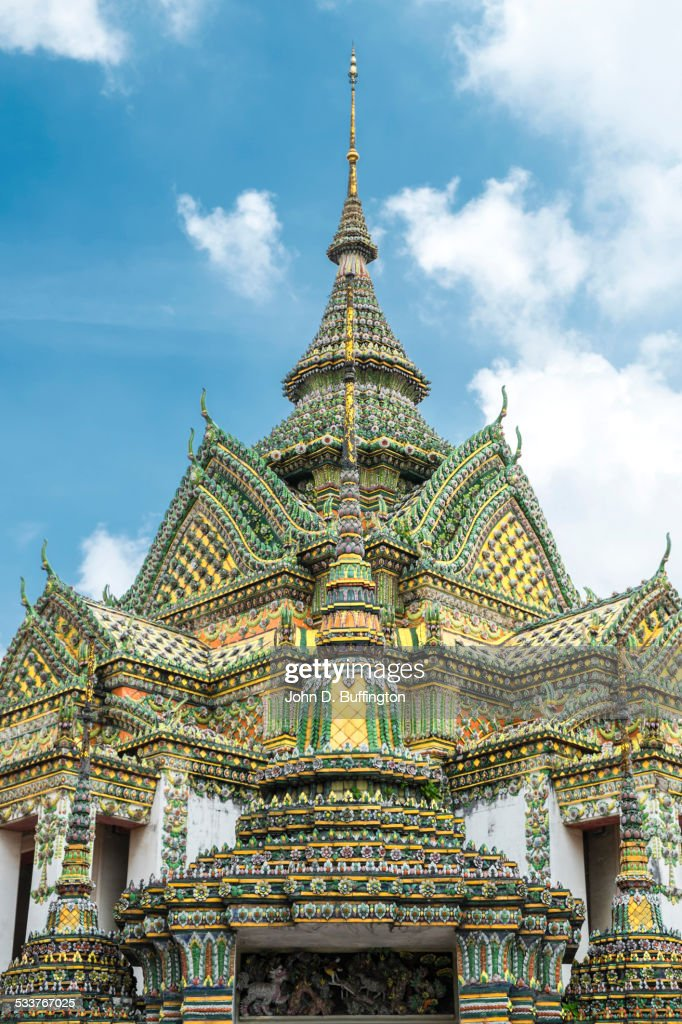 Low angle view of ornate temple spires, Bangkok, Thailand : Foto stock
