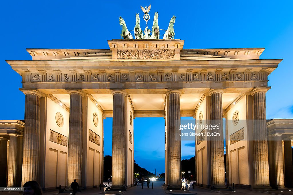 Low Angle View Of Pillared Structure Against Clear Blue Sky : Stock-Foto