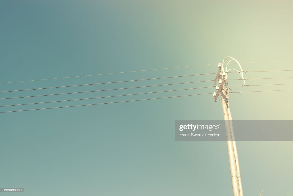 Low Angle View Of Power Lines Against Clear Sky : Stock-Foto