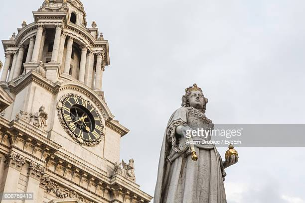 low angle view of queen victoria statue in front of st pauls cathedral - queen victoria stock pictures, royalty-free photos & images