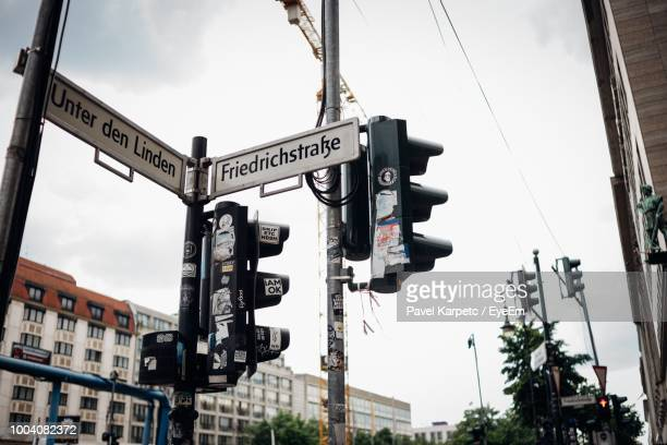 low angle view of road signs against sky - niet westers schrift stockfoto's en -beelden