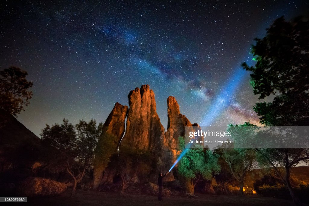 Low Angle View Of Rock Formation Against Sky At Night : Foto de stock