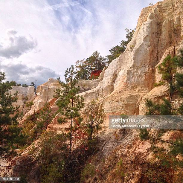 low angle view of rocky mountains at providence canyon state park - christy canyon stock-fotos und bilder