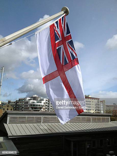 low angle view of royal navy flag against sky - marinha real britânica exército britânico - fotografias e filmes do acervo