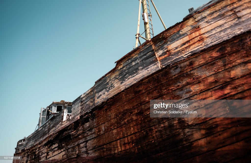 Low Angle View Of Rusty Boat Against Clear Sky : Stock-Foto