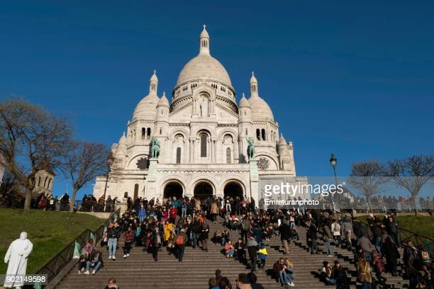 low angle view of sacre coeur basilica and steps with crowds,paris. - emreturanphoto stock pictures, royalty-free photos & images
