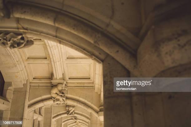 low angle view of sculpture on arch - bortes stockfoto's en -beelden