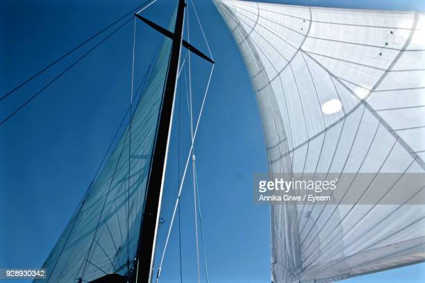 low angle view of ship masts against clear blue sky - クイーンズランド州タウンズビル ストックフォトと画像