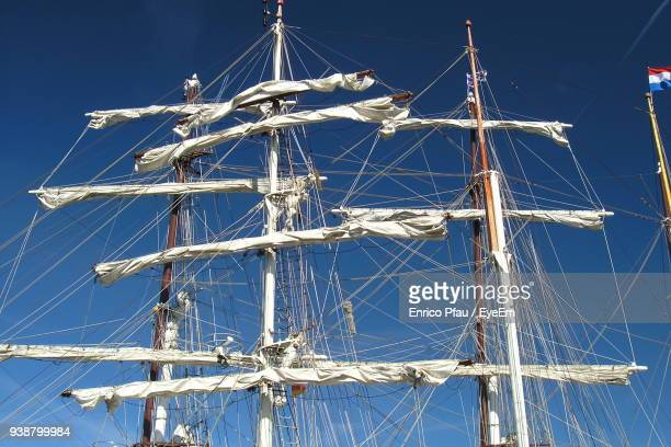 low angle view of ship masts in harbor against clear blue sky - tuig mast stockfoto's en -beelden